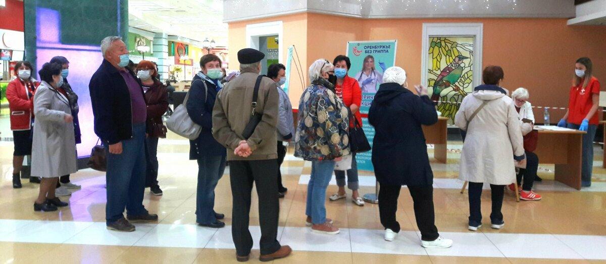 Людей, которым за 60 лет, не смущает получасовая очередь и отсутствие лавочек. Фото Инны Ломанцовой.