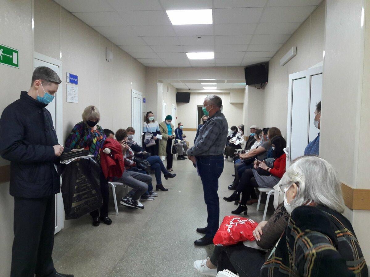 В пять часов вечера пятницы народу в поликлинике не меньше, чем с утра в понедельник. Фото Инны Ломанцовой.