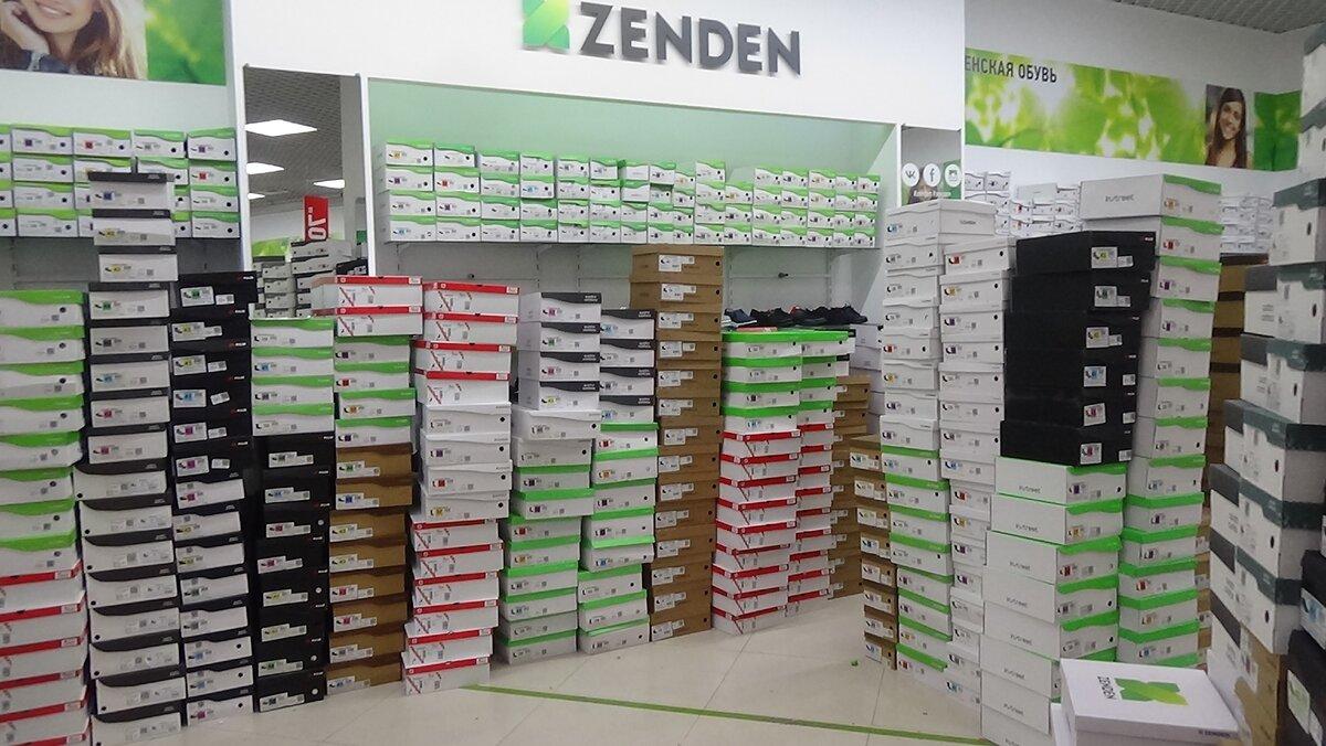 Ряды коробок с обувью в магазине